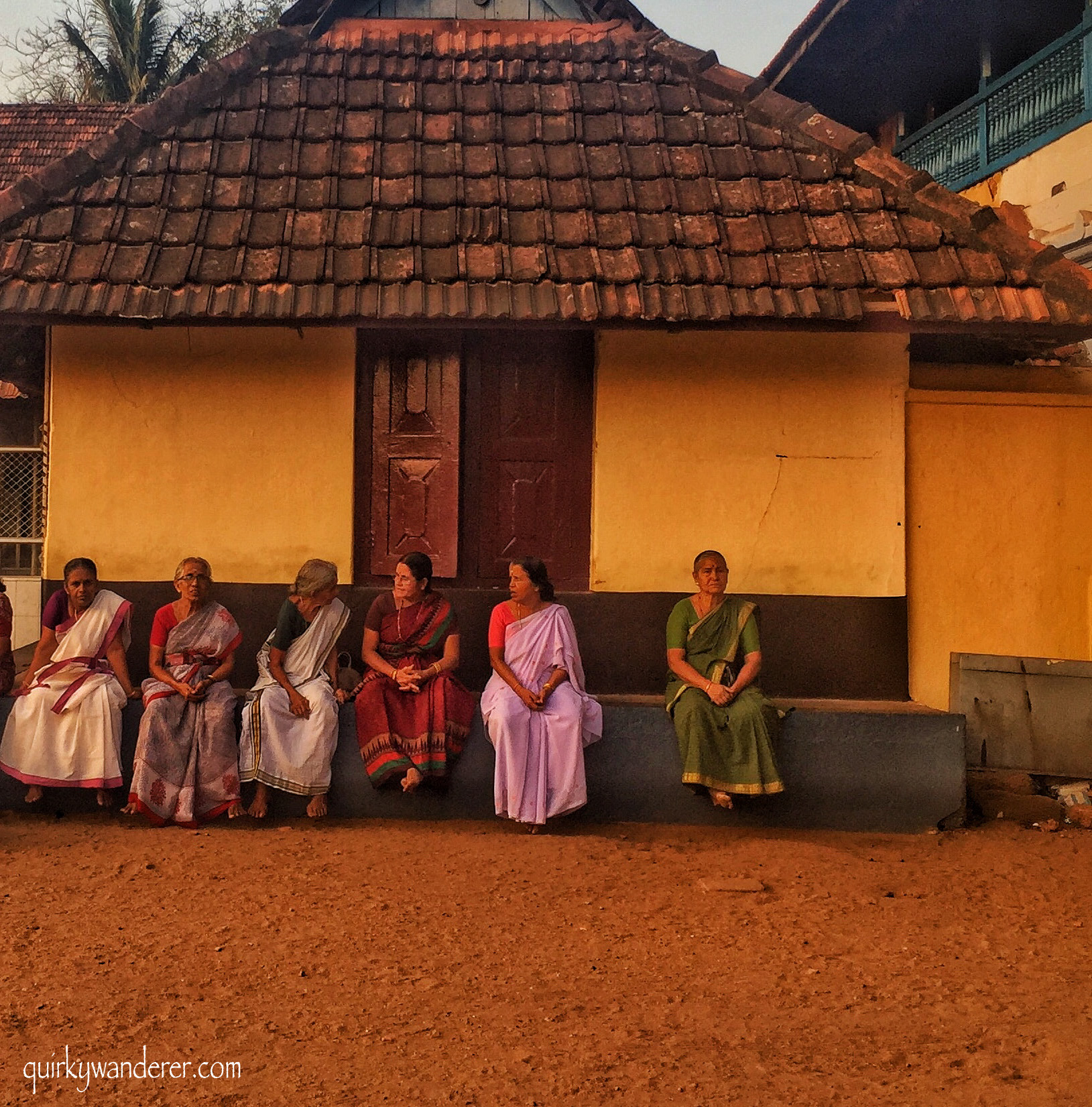 ladies sitting outside vaikom mahadev temple